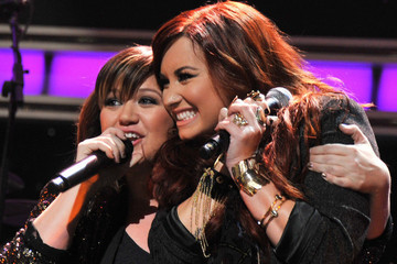 Kelly Clarkson Gave Demi Lovato the 'BEST BDAY GIFT EVER!!'