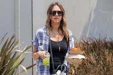 Surprise: Jessica Alba Eats at Food Trucks Just Like the Rest of Us
