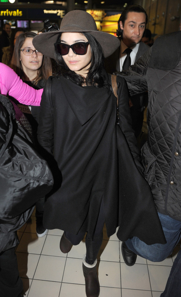 This is What Vanessa Hudgens Wears to the Airport When She's Going Incognito