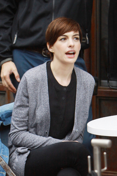Anne hathaway pictures anne hathaway on the 39 song one for Hathaway furniture new york