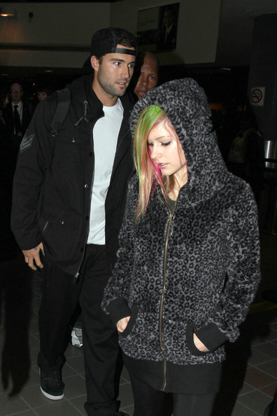 avril lavigne 2011 hair. Avril Lavigne shows off her
