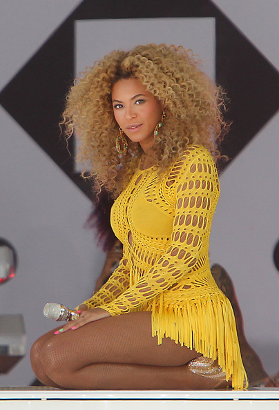 "Beyonce Knowles Beyonce, who is is currently promoting her new album ""4,"" performs live in Central Park on Good Morning America.  The singer belted out a few of her songs wearing a yellow crocheted knit dress.."