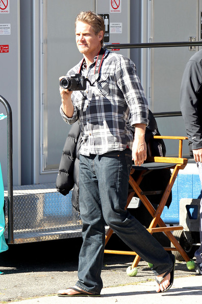 "Brian Van Holt and Courteney Cox are spotted hanging out on the set of their hit TV show ""Cougar Town"". Brian kept busy with his digital camera, taking pictures on set and also of the surrounding paparazzi while Courteney could be seen using a cane while walking about."