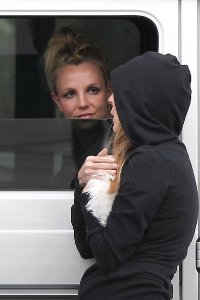 Britney+Spears+chats+friend+car+while+waiting+QqO-z06ZFP9l.jpg