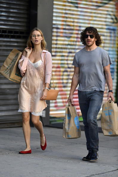 Carles Puyol Shops with His Girlfriend in NYC - Zimbio