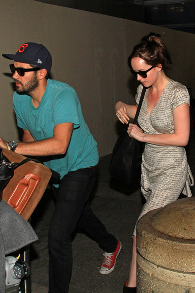 Dakota Johnson Dakota Johnson Una morena espera con Jordan Masterson para su hermano Jesse Johnson obtenerlos de LAX.  Dakota y Jesse, que son medio hermanos, son dos de los hijos de Don Johnson.