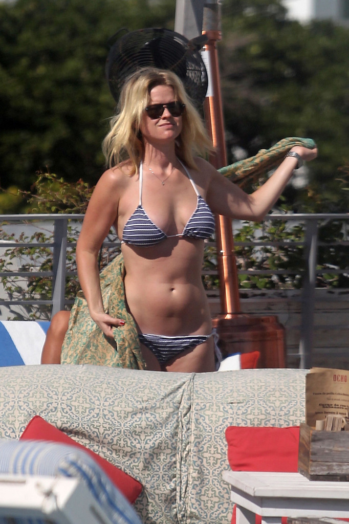 Alice Eve Alice Eve Photos Alice Eve Shows Off Her