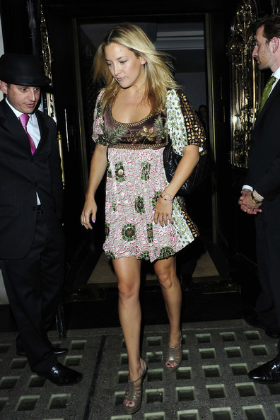 Kate Hudson is spotted leaving Scott's restaurant in London around 1 am after a 4 hour dinner with film producer Harvey Weinstein. Kate arrived in London today after vacationing in St. Tropez.