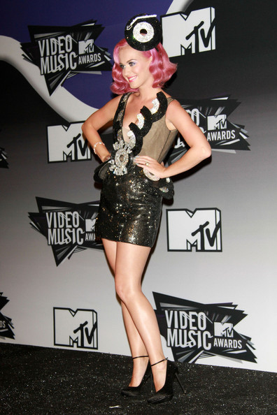 Katy Perry - A pink haired Katy Perry poses for the cameras at the press room at The 28th Annual MTV Awards in L.A. with her two VMA Moonman trophies