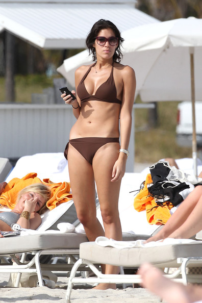 Laurie Cholewa French TV host Laurie Cholewa, who once dated actor Gerard Butler, soaks in the sun while hanging out on a Miami beach with friends. Cholewa, who was wearing a tiny brown bikini, browsed on her iPad and iPhone while relaxing on a lounge chair.