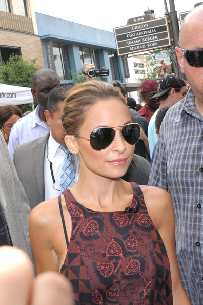 Nicole Richie Stops by 'Extra' []