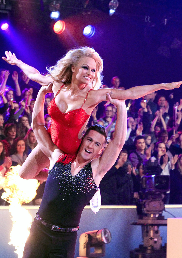 pamela anderson shows off her ice skating skills as she competes on the dutch version of