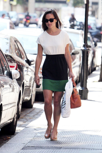 Pippa Middleton works some wedges on a sunny day in Chelsea, London.