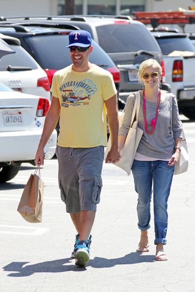 Reese Witherspoon and boyfriend Jim Toth do a little shopping at the