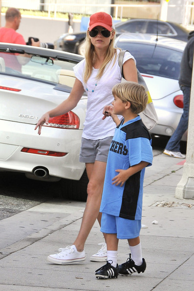 "Reese Witherspoon and her boyfriend Jim Toth take Reese's kids, Ava and Deacon, to the ""Big 5"" sports store in Santa Monica, where they purchased a mini soccer goalpost set."