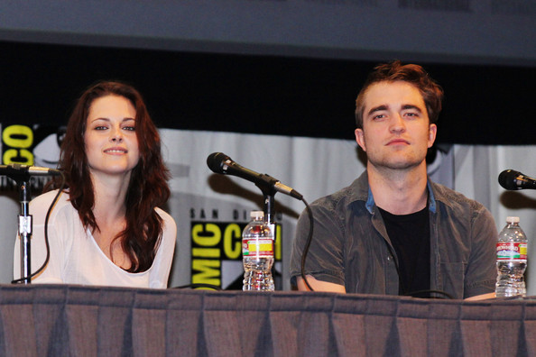 Robert Pattinson Robert Pattinson, Kirsten Stewart, Taylor Lautner along with the other cast members of Twilight attending Comic Con question and answer panel at Comic Con in San Diego Thursday afternoon.