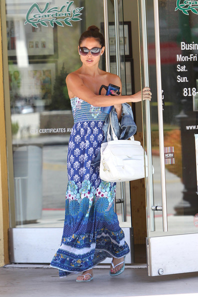 **EXCLUSIVE**SUMMER DRESSES! Celebrities wear light dresses to keep cool and escape the summer heat. Vanessa Minnillo leaves a nail salon in Los Angeles wearing a strapless maxi dress. The 30-year-old former MTV host threw a lavish wedding shower with fiancŽ Nick Lachey, on May 29th at the London West Hollywood hotel in Los Angeles.