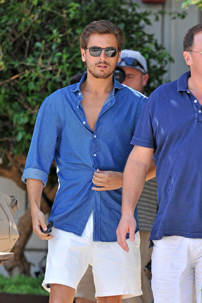 Scott Disick Photos Photos - Kourtney Kardashian Strolls ...
