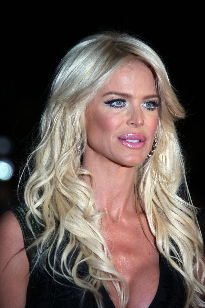 Victoria Silvstedt In Shakira Arriving On The Red Carpet