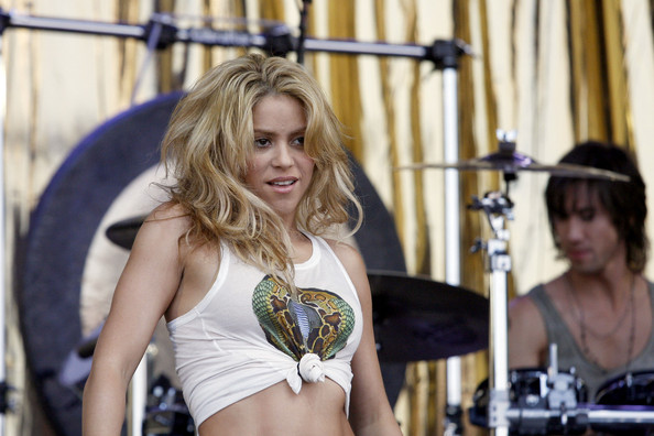 Shakira.;* - Page 4 Shakira+hips+don+t+lie+flashes+enviable+abs+l35J_hY-HYsl