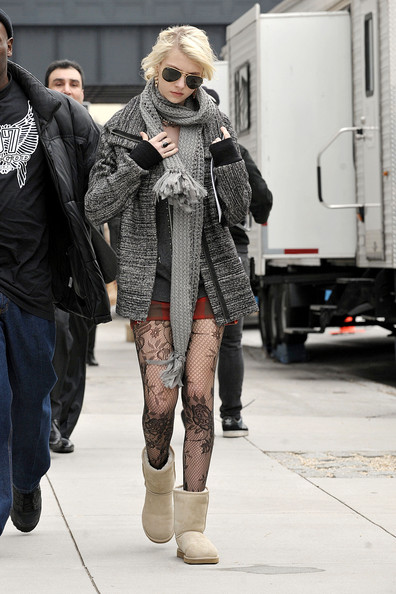 Taylor Momsen Taylor Momsen seen on the set of Gossip Girl in downtown Manhattan wearing Uggs, Ray Ban aviators, and the same outfit she had on yesterday.