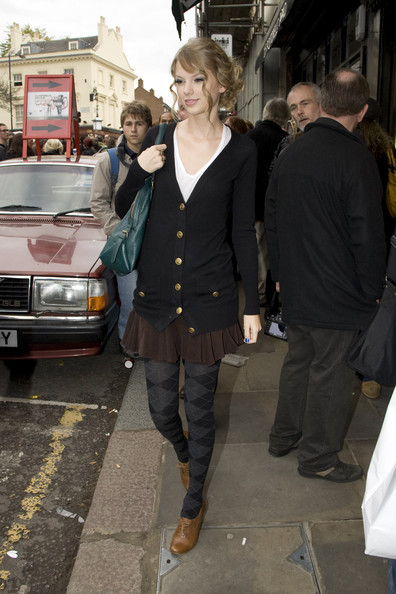 Taylor Swift Taylor Swift goes shopping down at the market on ...