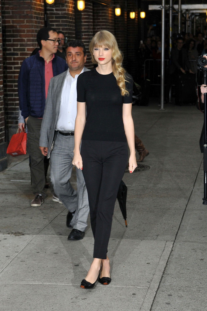 taylor swift pictures   taylor swift poses outside the