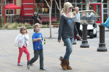 Tori Spelling Tori Spelling and Dean McDermott at the Mall