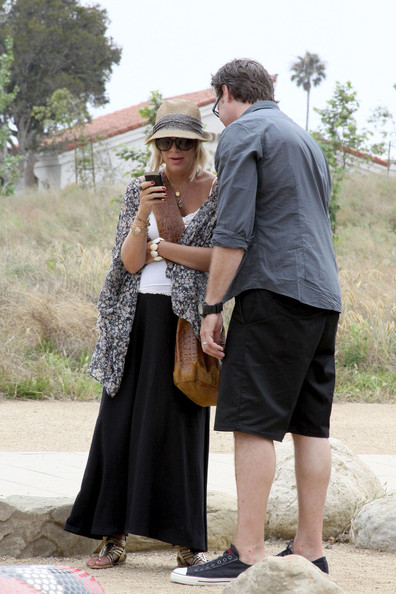 Tori Spelling and Family at the Malibu Farmers Market []