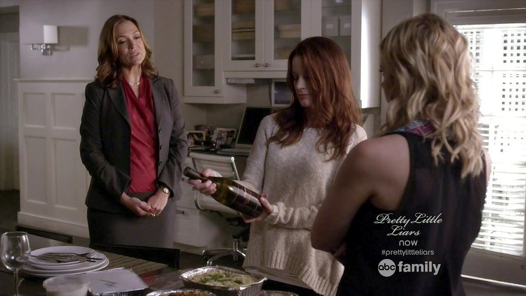 Mariska Hargitay Laura Leighton Ashley Benson Mariska Hargitay And Ashley Benson Photos Pretty Little Liars Season 4 Episode 9 Zimbio