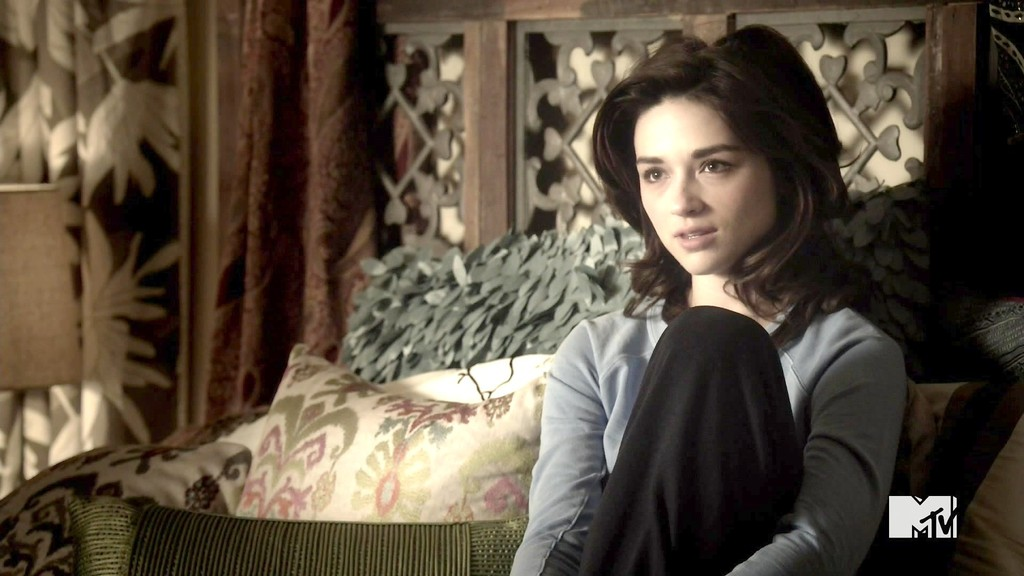 Crystal Reed Pictures - Teen  Crystal Reed Teen Wolf Season 3